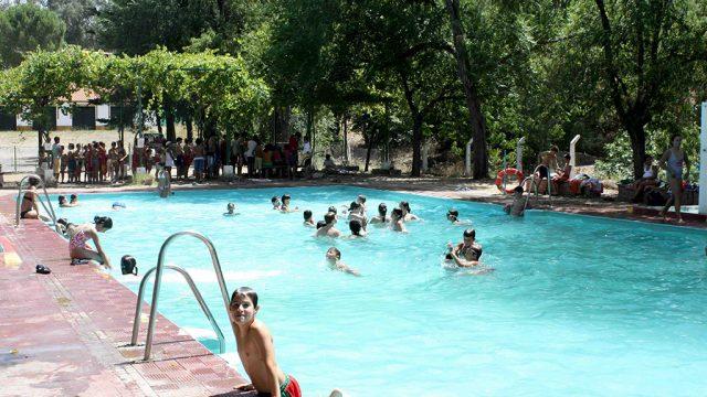 Vista de la piscina en pleno campamento